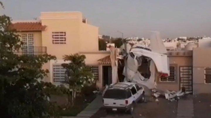 В Мексике самолет упал на жилой дом, есть погибшие