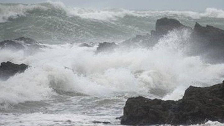 Из-за шторма в Черном море перевернулась яхта