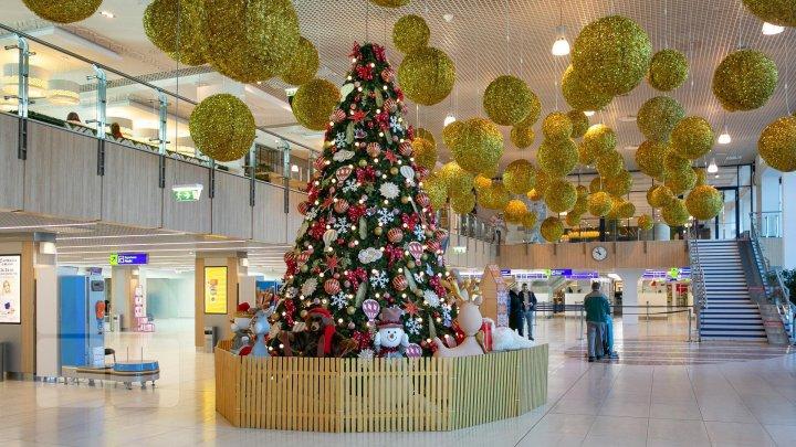 Зимняя сказка в кишиневском аэропорту: пассажиров ждали подарки и звуки музыки