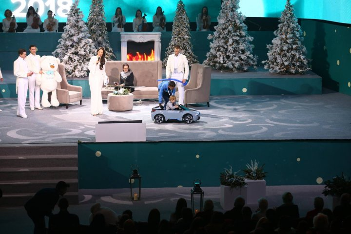 """Непередаваемые эмоции на Гала """"Эдельвейс"""": Влад Плахотнюк подарил дом семье из трех девочек, воспитываемых только папой"""