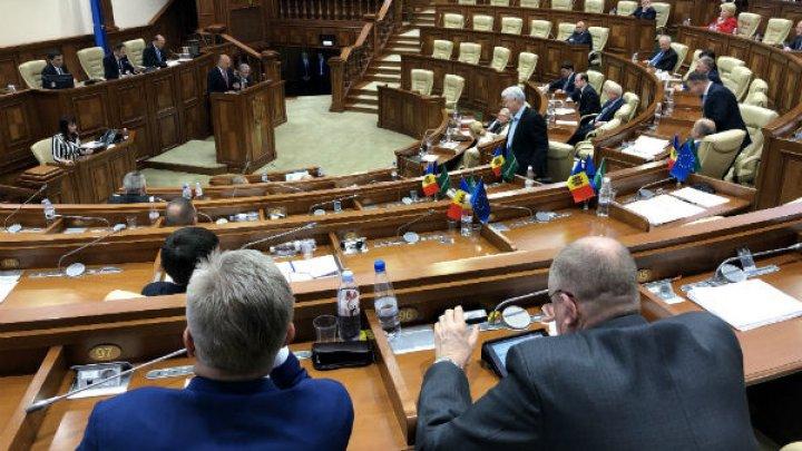Парламентская оппозиция отказалась слушать отчет Филипа и покинула заседание