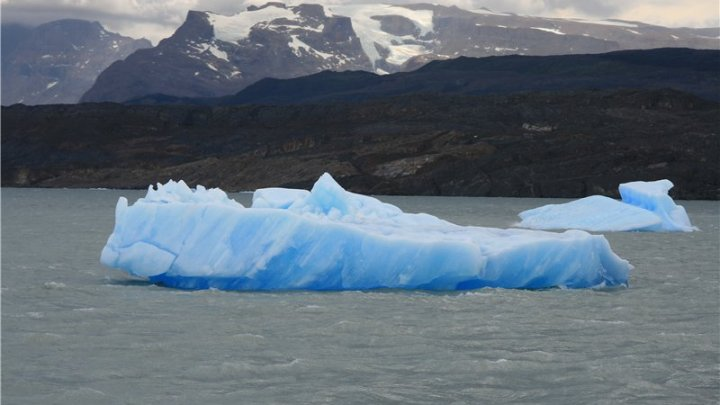 Перевернувшийся айсберг появился около берегов Аргентины (видео)