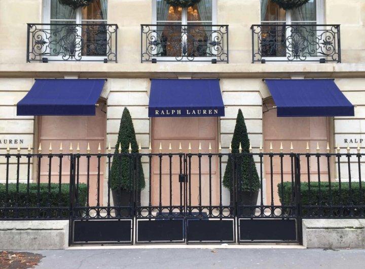 Хозяева люксовых магазинов во Франции заколотили витрины досками из-за новых протестов