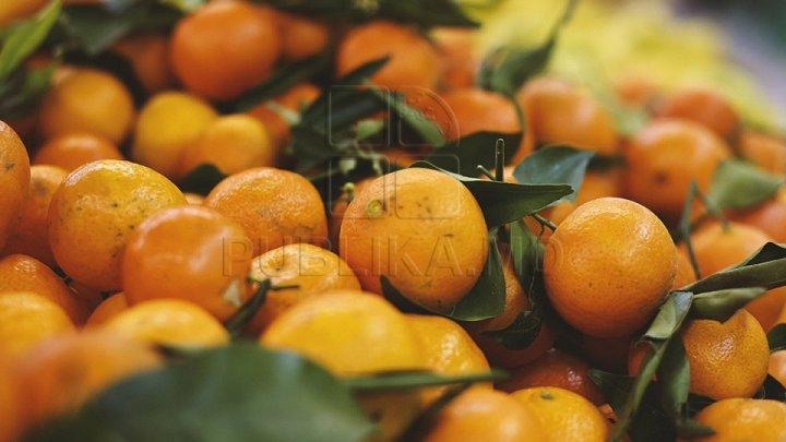 Жители столицы стоят на рынках в очередях за мандаринами и апельсинами