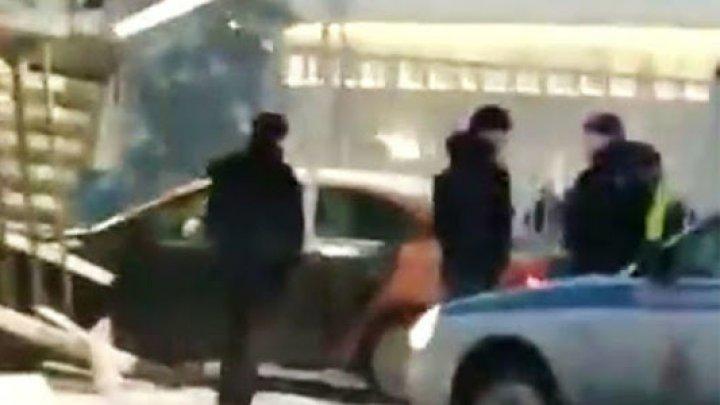Ограбление в тумане: машина врезалась в КПП в аэропорту Домодедово (видео)