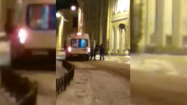 Пьяный мужчина напал на бригаду скорой помощи в Петербурге (видео)