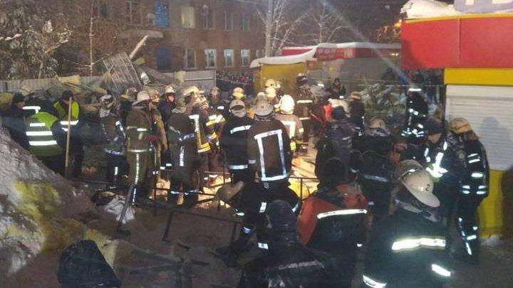 Заснеженная крыша торгового павильона рухнула на людей в Харькове (видео)