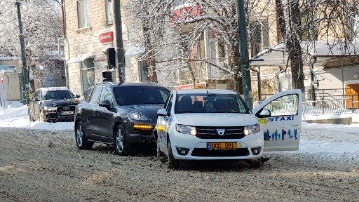 ДТП в центре столицы: Porsche сильно пострадал от машины такси