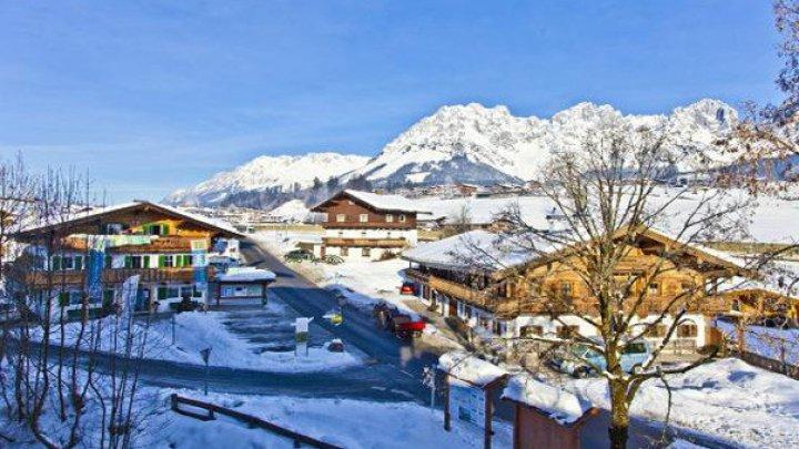 """В австрийском Элимау прошли соревнования под названием """"Ночные гонки на лыжах и мотоциклах"""""""