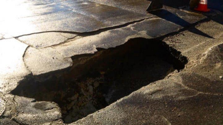 В центре столицы на дороге образовалась глубокая яма