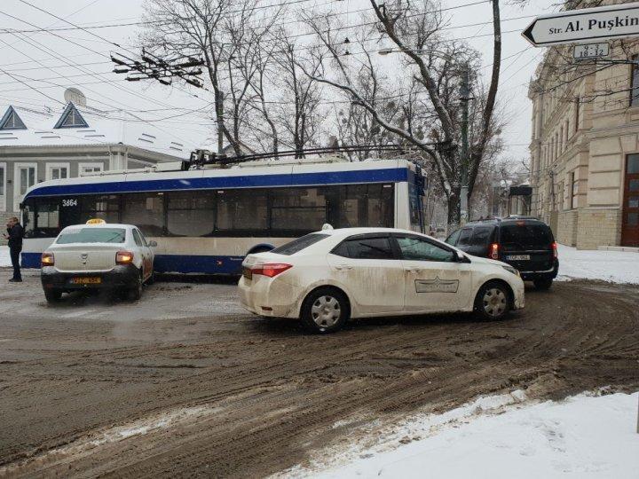 ДТП в центре столицы: машина такси въехала в троллейбус