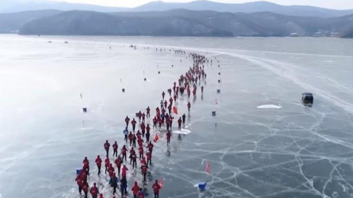 В Китае прошел забег по льду замерзшего озера