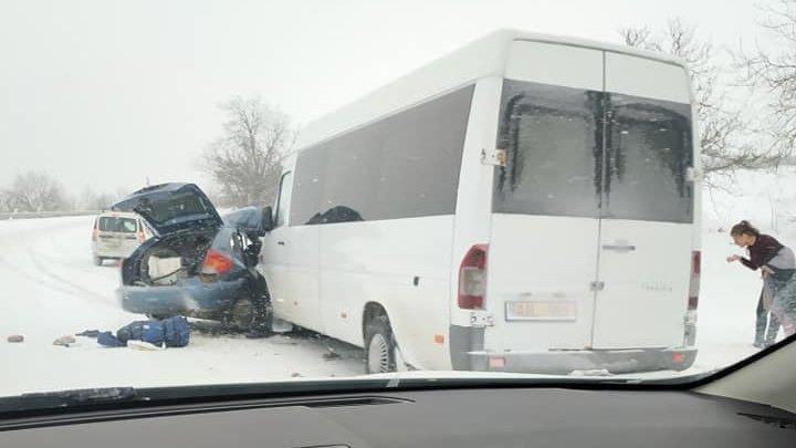 Микроавтобус, полный пассажиров, попал в аварию вблизи села Киперчены (фото)