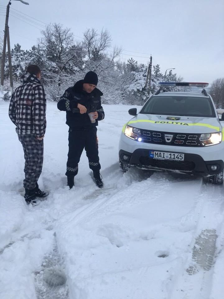 Патрульные инспекторы угощают водителей горячим чаем (фото)