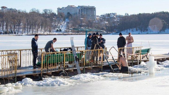 Священники освятили купели для желающих окунуться в водоемы в Крещение