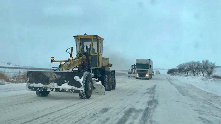 Дорожники продолжают снегоуборочные работы и борьбу с гололедицей