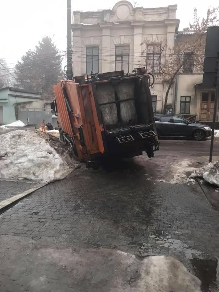 В центре столицы мусоровоз провалился в яму на дороге