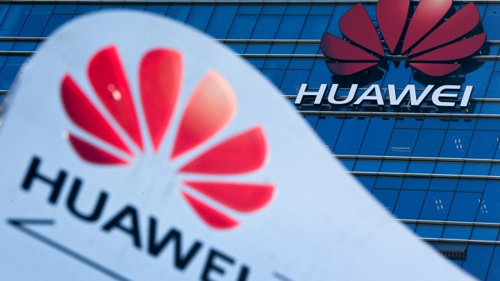 Huawei сократила зарплаты сотрудникам за пост с iPhone
