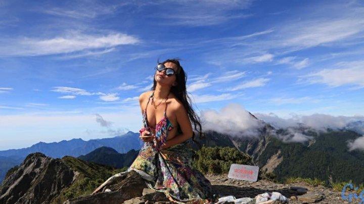 Блогерша, которую прославили путешествия в бикини, насмерть замёрзла в горах