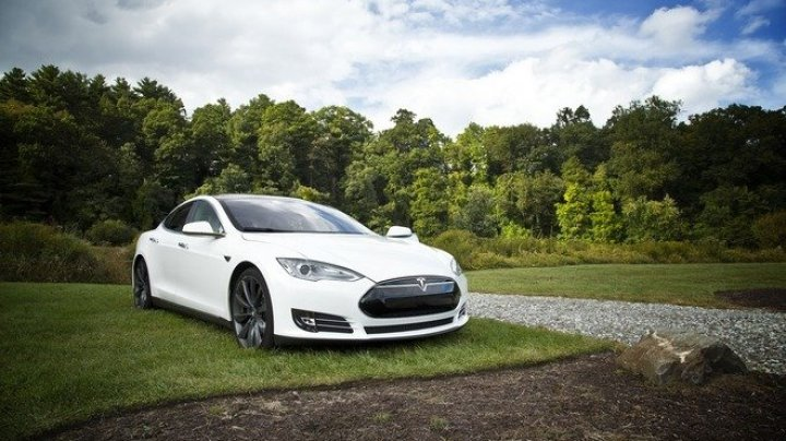 Tesla отозвала более 14 тысяч авто из-за подушки безопасности