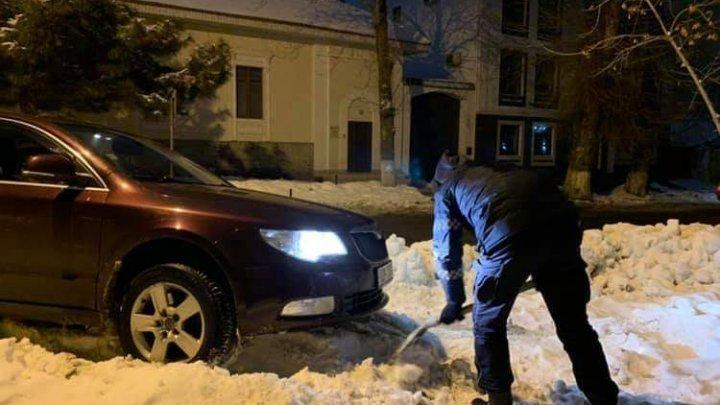 Столичный полицейский помог водителю выехать на машине со двора