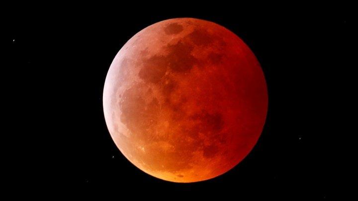Ученые запечатлели падение метеорита на фоне лунного затмения