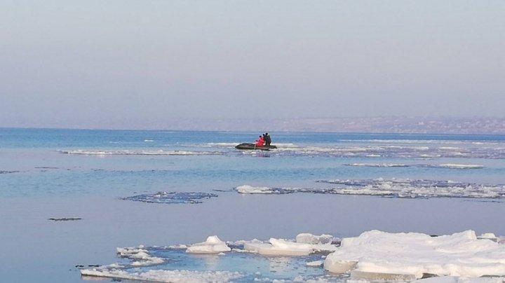 В Одесской области спасли подростков, которые дрейфовали на льдине