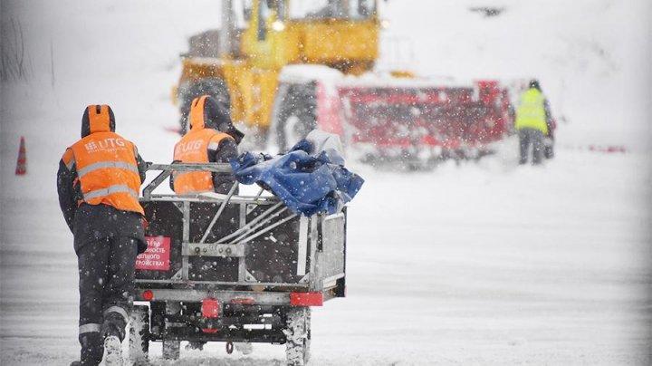 Более 30 рейсов задержано и отменено в аэропортах Москвы из-за снегопада
