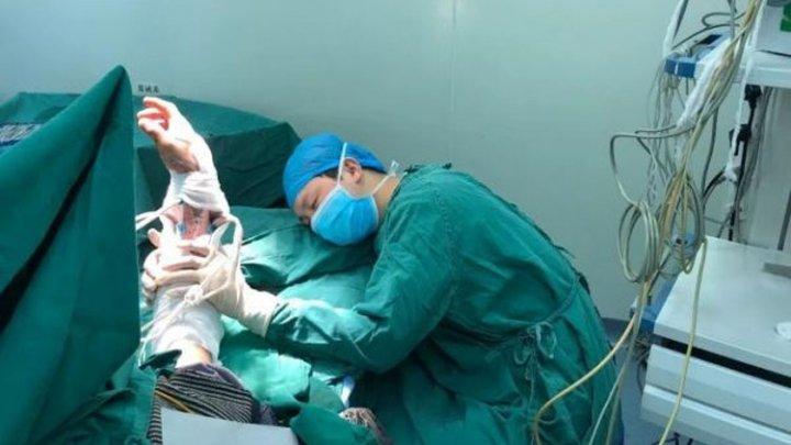 Хирург уснул когда пришивал руку пациенту