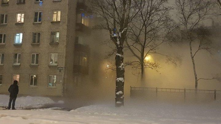 В Петербурге несколько машин провалились в яму с кипятком: двое пострадали