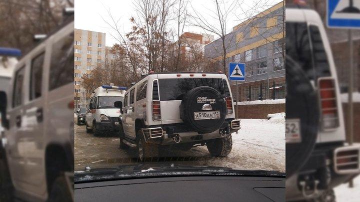 """Пьяный нижегородский бизнесмен """"Хаммером"""" перегородил дорогу скорой помощи"""