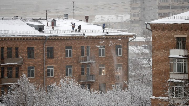В центре Москвы на прохожего упала глыба льда