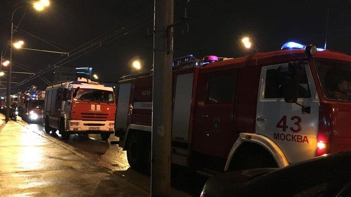 На юго-востоке Москвы горит автосервис и склад