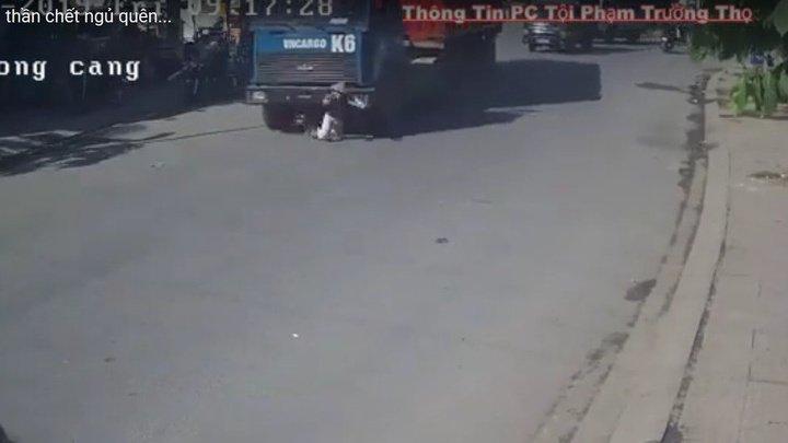 Во Вьетнаме грузовик МАЗ сбил зазевавшуюся велосипедистку (видео)