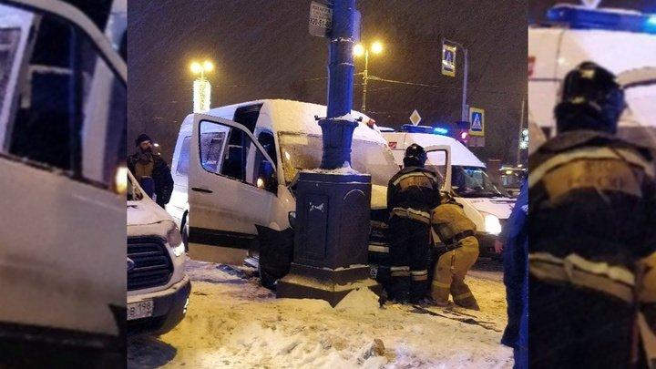В России микроавтобус с детьми вылетел с дороги из-за торопившегося пешехода: есть пострадавшие