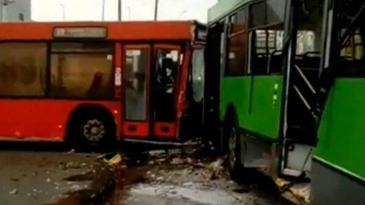 В Казани автобус протаранил троллейбус: четыре человека пострадали