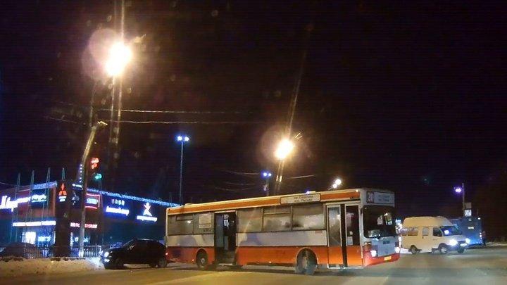 В Барнауле мужчина угодил под легковушку и автобус с интервалом в пару секунд (видео)
