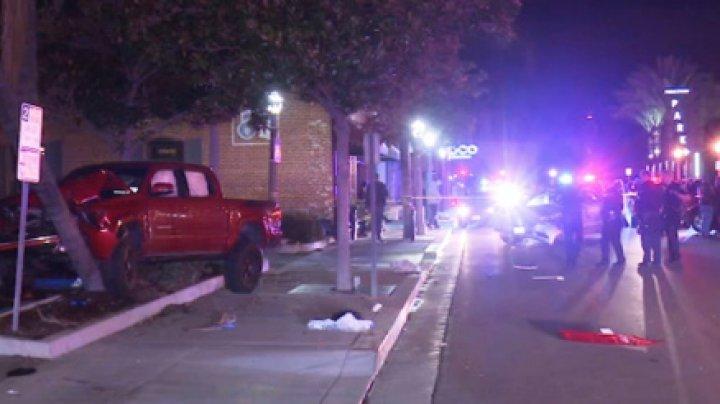 В Калифорнии водитель на пикапе протаранил пешеходов: есть пострадавшие