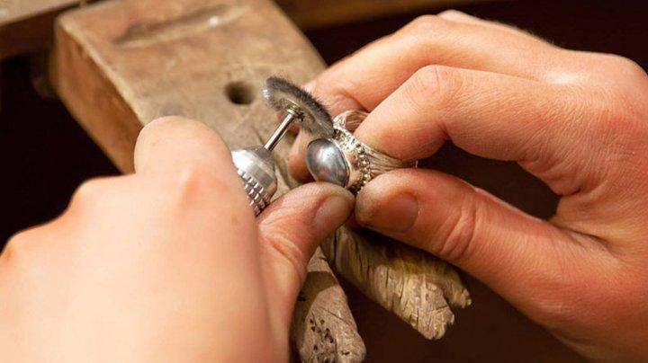 Из технолога в ювелиры: житель Кишинева занялся изготовлением украшений из серебра