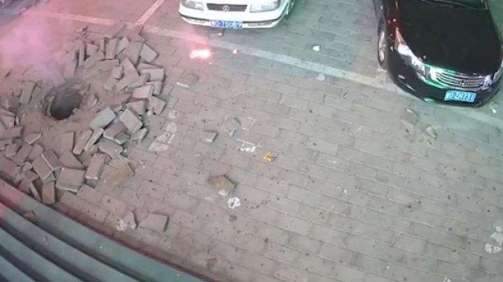 В Китае ребенок фейерверком взорвал канализацию