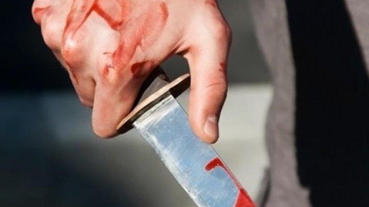 В троллейбусе Одессы мужчину ранили ножом в живот