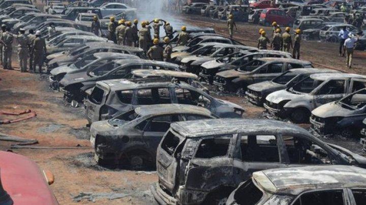 На авиашоу в Индии сгорели почти 300 авто (видео)