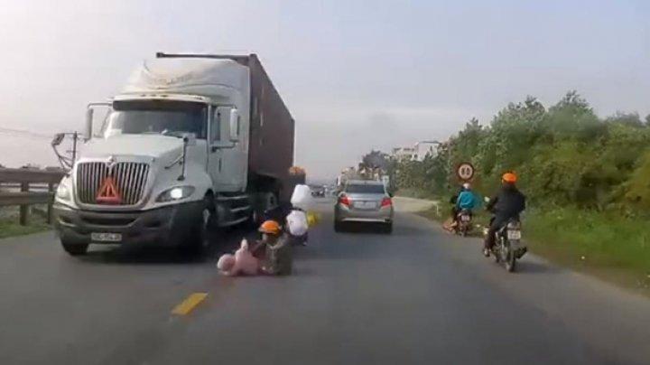 Во Вьетнаме мать с ребенком упали под колеса фуры и спаслись (видео)