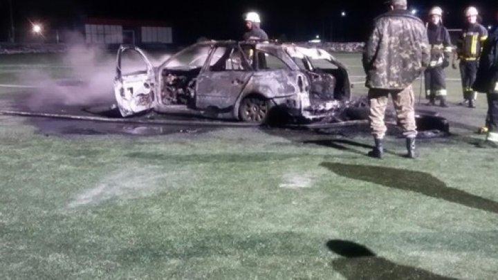 На поле базы киевского Арсенала сожгли машину