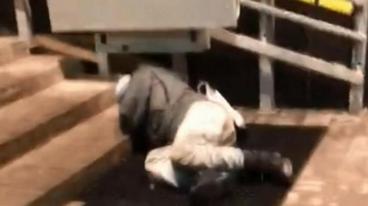 """""""Он нам не нужен"""": В России охранник больницы спустил пациента с лестницы (видео)"""