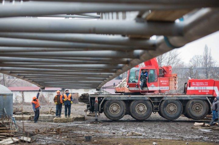 В Страшенах завершают строительство нового моста через автотрассу и железную дорогу
