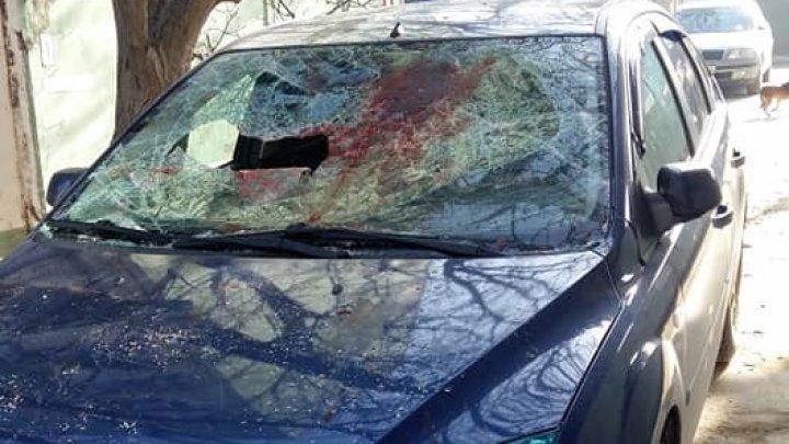 На Буюканах девушка в ходе ссоры с возлюбленным разбила ему автомобиль (фото)