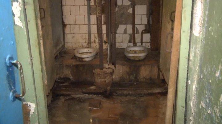На Ботанике люди в страхе живут в доме, который может рухнуть в любой момент (фото)