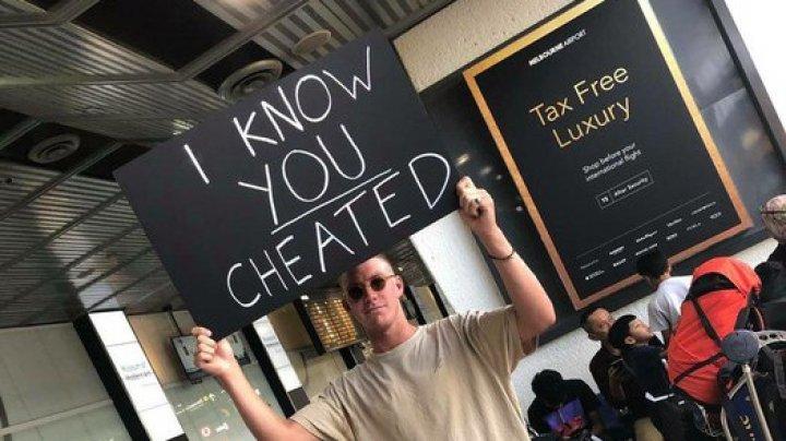 """В Мельбурне парень с плакатом """"Я знаю, что ты мне изменила"""" повеселил Сеть"""