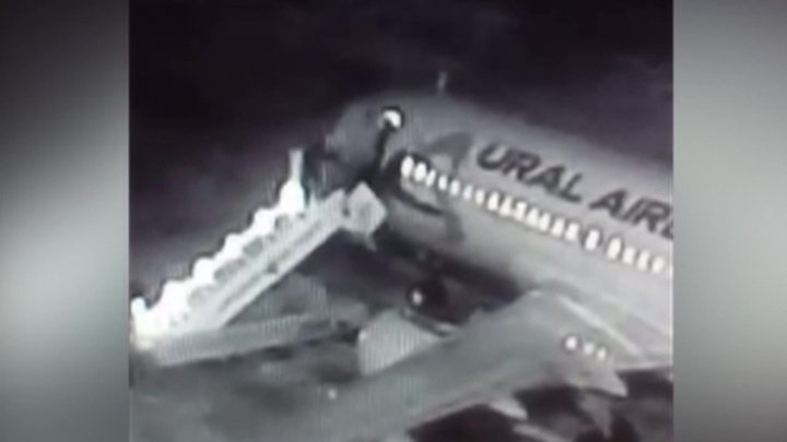 В аэропорту Барнаула при посадке обвалился трап с пассажирами